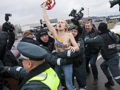 FEMEN рвались в ЕС с голой грудью (ФОТО)