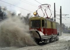 Пассажирка приняла снегоочиститель за трамвай и так гналась за ним, что сломала бедро