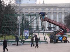 Вместо митинга за Януковича на главной площади Донецка монтируют ёлку