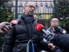 Яценюк: пока Янукович не улетел в Китай, мы требуем подписания указа!
