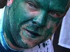Защитника Тимошенко облили зелёнкой из презерватива и шприца
