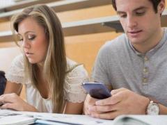 Доказано: смартфоны отбирают у студентов счастье