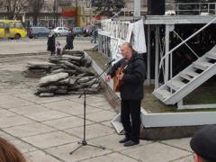 На мариупольском Евромайдане бард спел о псах и проститутках (ВИДЕО)