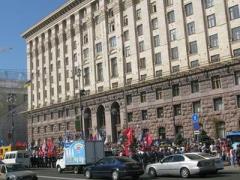 Из захваченной мэрии вывезли всех чиновников, а Киевсовет может переехать в гипермаркет