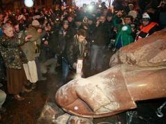 Цена зависит от части тела. Разбитого Ленина начали продавать по кускам (ВИДЕО)
