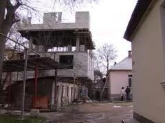 Обрушенная ураганом стена проломила крышу (ВИДЕО)