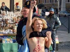Украинская блондинка провела впечатляющую топлес-атаку (ФОТО)
