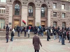Мужчины в масках разгромили Киевскую горадминистрацию