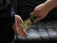 Высокопоставленный чиновник может отсидеть год за каждые 300 долларов взятки