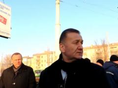 Луганские чиновники в растерянности смотрят на перевёрнутую маршрутку (ВИДЕО)