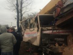 Автокран протаранил магазин: покупатель погиб, ещё четверо - в шоке (ФОТО)