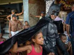 Акцию протеста возглавил настоящий Бэтмен (ВИДЕО)