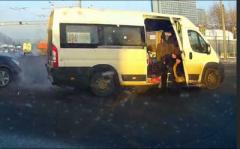 От ужасного удара пассажир вылетел из маршрутки (ВИДЕО)