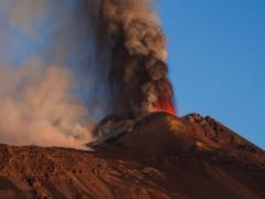 Мощное извержение вулкана спровоцировало землетрясения в Европе (ВИДЕО)