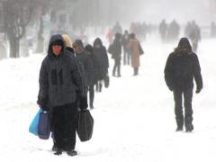 Донбасс в снегу: на работу - пешком, в роддом - на автоцистерне (ФОТО)