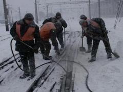 Железнодорожные снегоборцы расчистили более 100 км