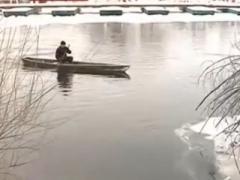 """Рухнул обледеневший мост и отрезал людей от """"большой земли"""" (ВИДЕО)"""