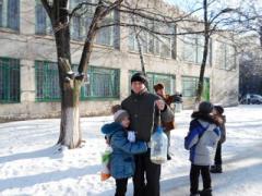 Едва откопавшись от снега, донбасские школьники и их папы стали спасать птиц (ФОТО)