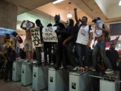 Из-за повышения цен на проезд активисты разгромили кассы и вокзал (ВИДЕО)
