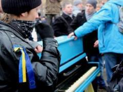 Пианино привело к драке на Евромайдане в Луганске и оказалось поврежденным (2 ВИДЕО)