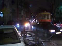 """Есть контакт: киевский трамвай """"забодал"""" автомобиль (ВИДЕО)"""