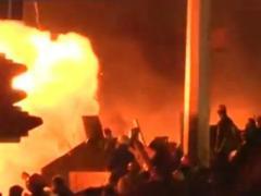 Большая уборка: обгоревший Киев отмывают от краски и копоти (ВИДЕО)
