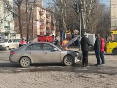 Мчавшийся к танку автомобиль сурово затормозил микроавтобус (ФОТО)