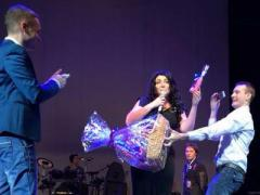 Знаменитая певица на 8 марта получила интимный подарок и потеряла дар речи (ФОТО)