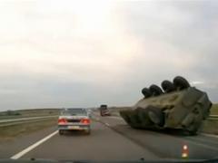 Украинские БТРы по пути в Крым попали в аварию (ВИДЕО)
