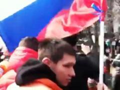 Во время штурма ОГА луганские бунтовщики надругались над флагом Украины (ВИДЕО)