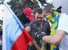 Пророссийские митингующие в Донецке сорвали флаг Украины и объявили забастовку (ФОТО + ВИДЕО)