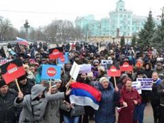 Луганские активисты вытерли ноги об американский флаг (ФОТО + ВИДЕО)