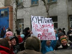 Что сейчас происходит в Славянске: фоторепортаж и интервью участника захвата райотдела милиции (ФОТО)
