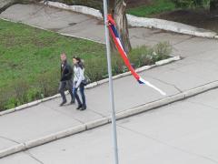 """В Торезе власть """"не замечает"""" криво привязанный российский флаг у исполкома"""