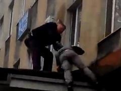 Начальник горловской милиции не сбрасывал захватчика с козырька здания (ВИДЕО)