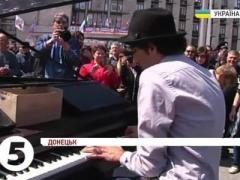 Немецкий музыкант сыграл у баррикад перед захваченной облгосадминистрацей (ВИДЕО)