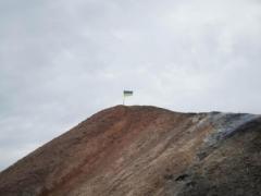 Пик Патриотизма: на вершине самого высокого террикона Донецка установлен украинский флаг (ФОТО + ВИДЕО)