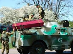 Останки воинов пограничники везли на подаренных бизнесменом бронемашинах (ФОТО)
