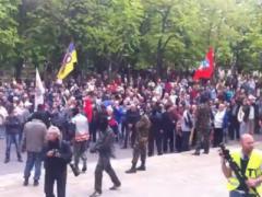 Хроника Луганска: захвачены прокуратура и областная телерадиокомпания (ВИДЕО)