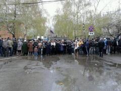 Пророссийские активисты в Славянске выводят на улицу живой щит