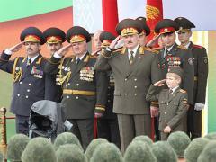 Лукашенко посмотрел на происходящее в Украине и решил привести в боеготовность армию Беларуси (ВИДЕО)