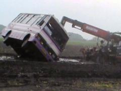Смерч едва не унёс жизни пассажиров вместе с автобусом (ВИДЕО)