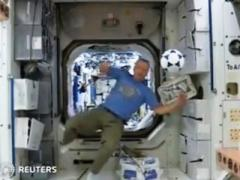 Футбол в невесомости: космонавты МКС своеобразно поздравили фанатов с началом Чемпионата мира (ВИДЕО)