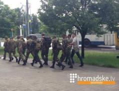 Бойцы идут пешком из Запорожья в Мариуполь