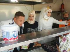 Новобрачные вместо пышной свадьбы накормили 4000 беженцев