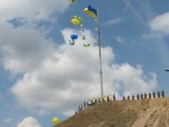 """Запорожцы установили самый высокий флаг в Украине - его видно и на территории """"ДНР"""". Так что - с праздником!"""