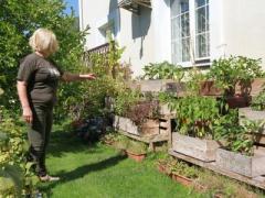 Анна Герман выращивает помидоры и пишет книги