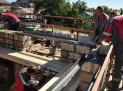 Мариупольцы  активно  восстановливают  разрушенные дома в поселке Сартана