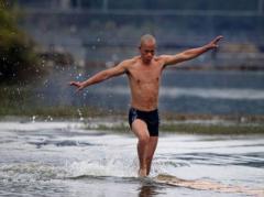 Шаолиньский монах пробежал по воде 125 метров  (ВИДЕО)