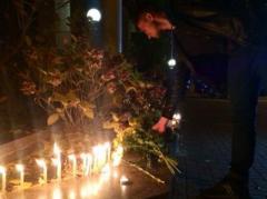 Украинцы скорбят вместе с французами - у посольства Франции в Киеве появились первые свечи